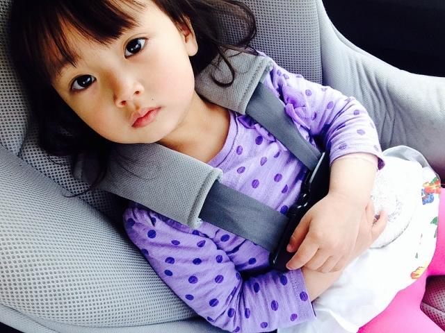 チャイルドシートに座っている女の子