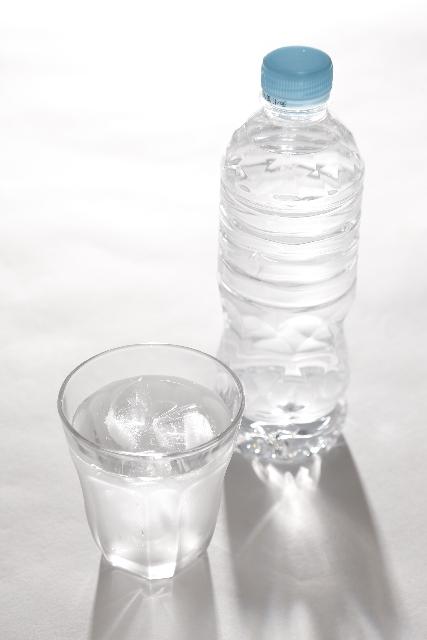 ペットボトルとグラスに入った飲み物