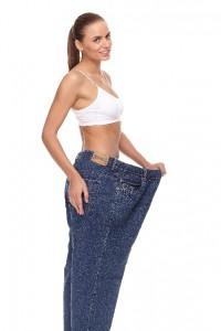 大きいジーンズをはいた女性