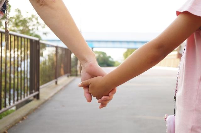 親子が手を繋ぐ