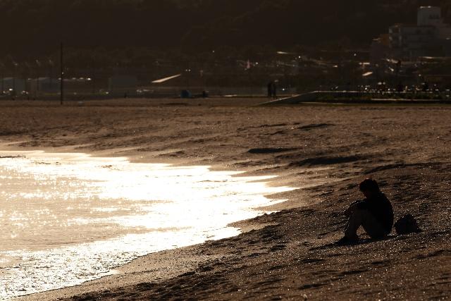 砂浜に座る人