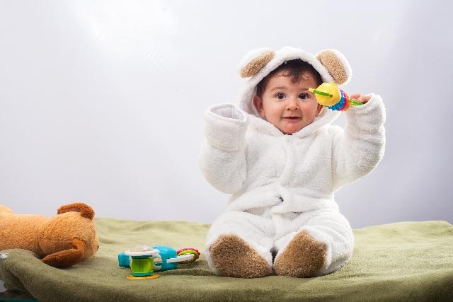 つなぎ服を着た赤ちゃん