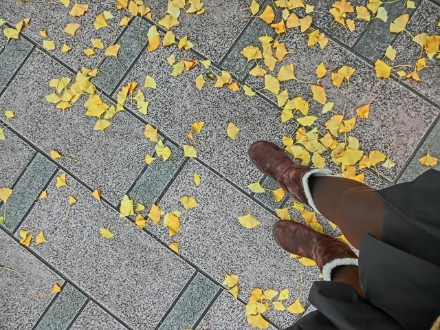 ブーツを履いた女性の足