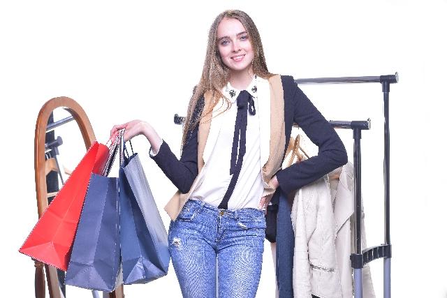 笑顔で買い物袋を持つ女性
