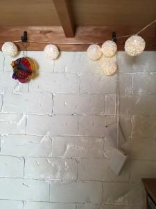 発泡スチロールの壁と照明