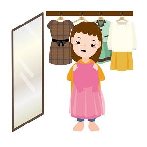 服を持つ女性