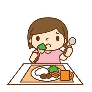 食事する女の子