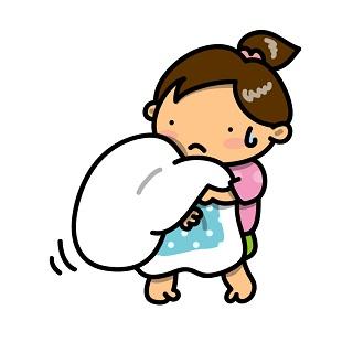 布団を抱える女性