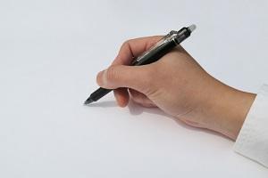 ボールペンを持つ手